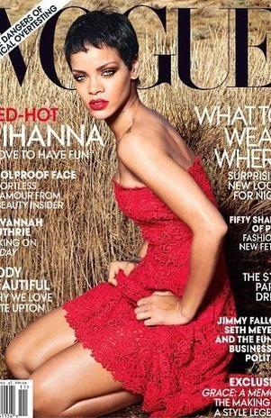 De vestido curto, Rihanna estrela capa de revista de moda