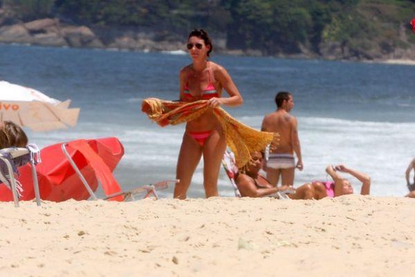 Glenda Kozlowski mostra que está com tudo em cima em praia carioca