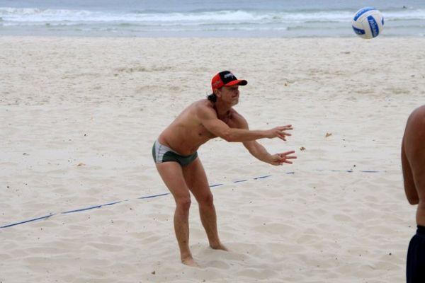 Após morte de Max na novela, Marcello Novaes joga vôlei de praia