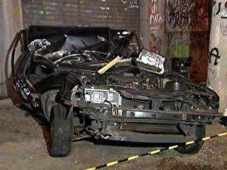 Casal morre após carro bater em árvore e poste