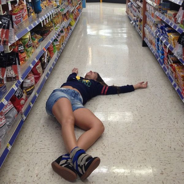 Ex-BBB Laisa deita no chão de supermercado nos EUA