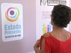 Polícia busca filho, encontra droga em quintal e prende mãe
