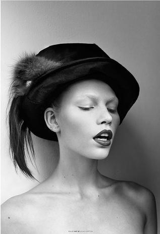 Com seios de fora e peruca, Aline Weber é capa de revista húngara