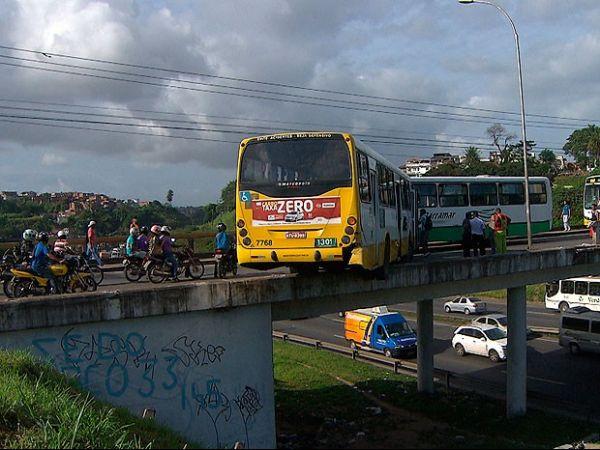Funcionário surta, pega ônibus e tenta jogá-lo de viaduto