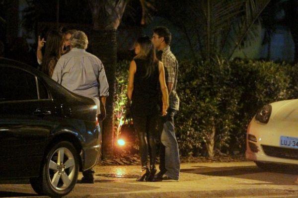 Marcos Pasquim troca carinhos com morena no Rio