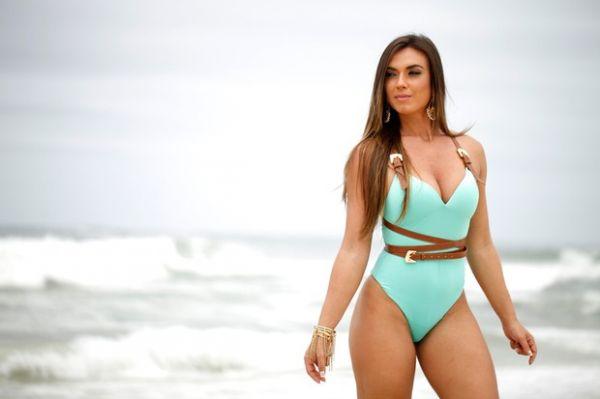 Nicole Bahls posa sensual e diz que é traída porque não gosta de fazer sexo anal