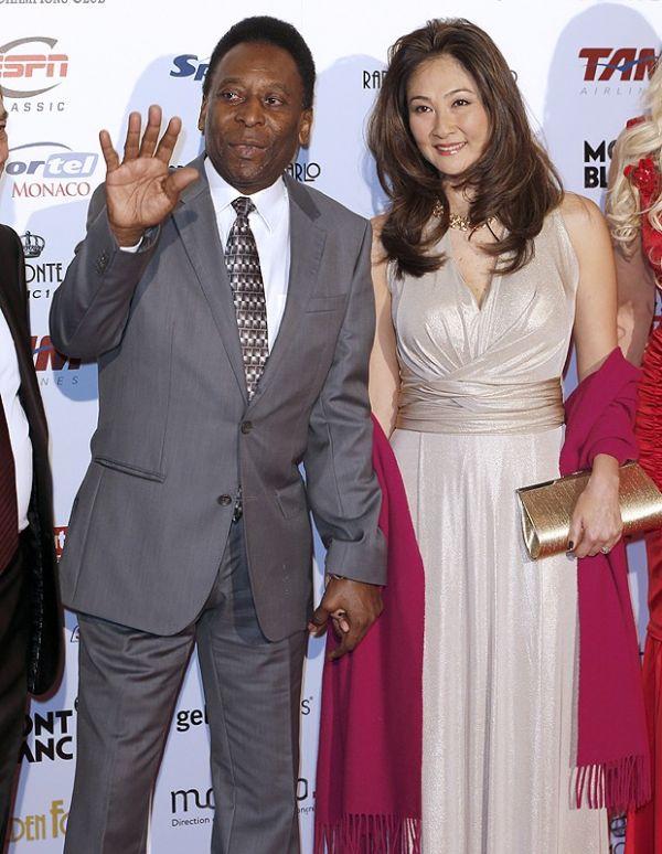 Pelé e namorada 33 anos mais jovem prestigiam premiação