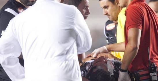 Zagueiro do Atlético-MG sofre trauma na cabeça, desmaia e fica internado em observação