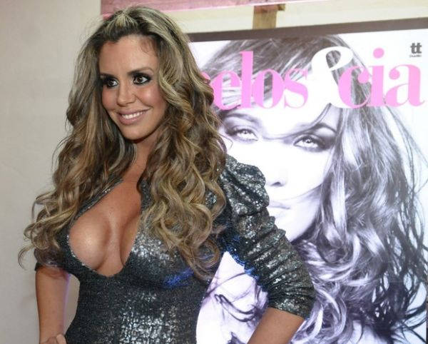 Modelo brasileira vai a evento de revista e abusa no decote; fotos