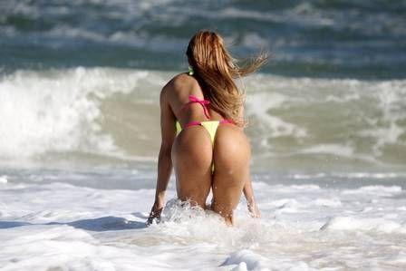 Peladona do posto mostra bumbunzão de 107cm na praia