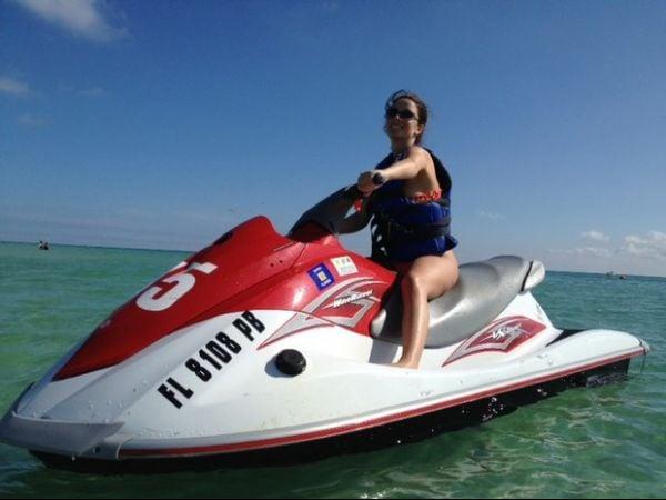 Ex-BBB Laisa desfila seu corpão em praia de Miami