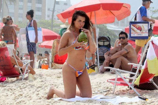 Veridiana Freitas é flagrada em pose indiscreta na praia de Ipanema