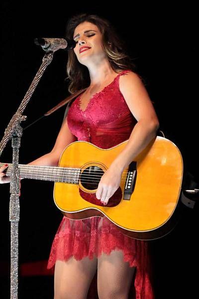 Vestido transparente mostra maiô de Paula Fernandes em show