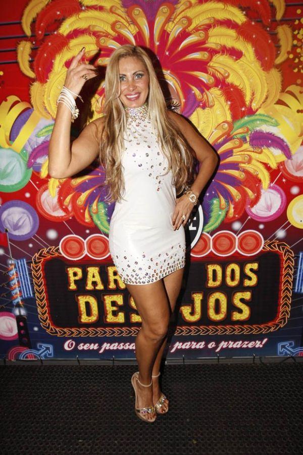 Ângela Bismarchi deixa calcinha à mostra em escola de samba