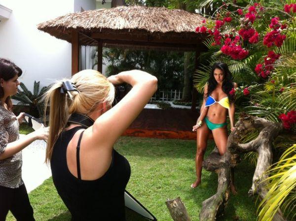 Candidatas ao Miss Bumbum fotografam para a