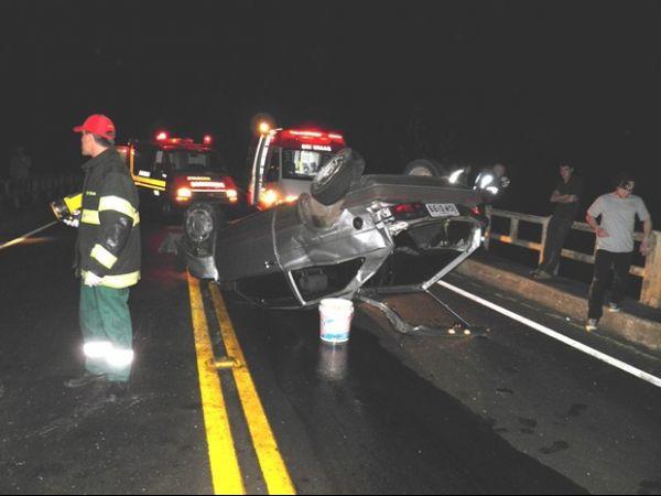 Carro capota e condutor cai de uma ponte de 15 metros de altura