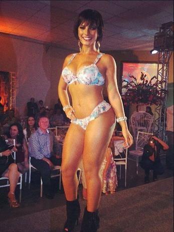 De biquíni, Babi Rossi exibe curvas em desfile e publica foto