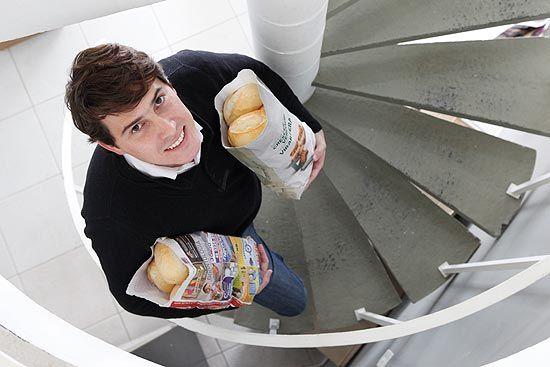 Empresário fatura mais de R$ 1 milhão com anúncios em saco de pão e cabide