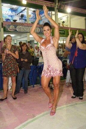 Gracy desfila atributos com look curtíssimo no ensaio da Mangueira