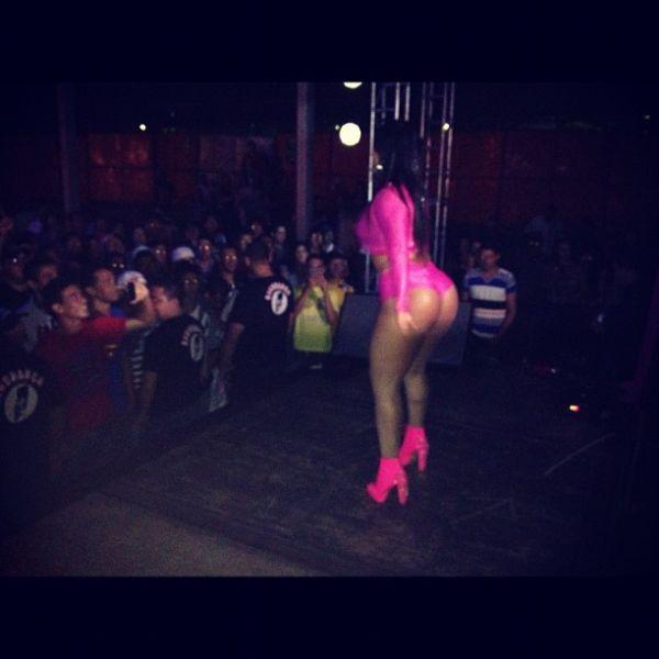 Mulher Melancia faz show com modelito pink e empina popozão