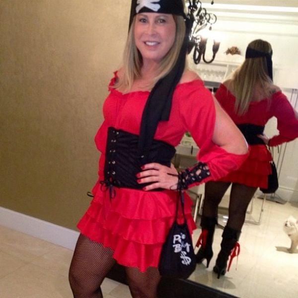 Zilú Camargo se veste de pirata sexy para festa a fantasia