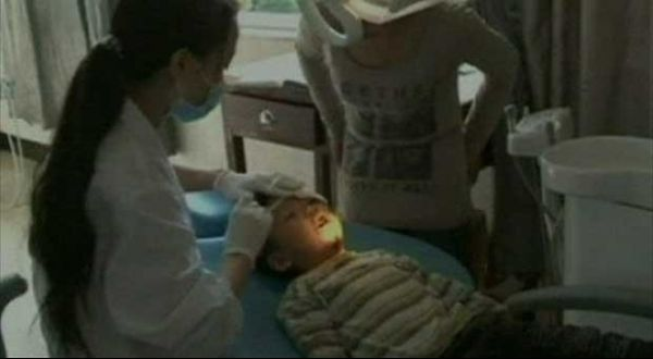 Garoto é resgatado após cair em vão de 25 cm entre duas paredes na China