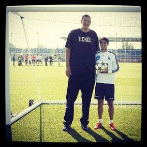 Kaká posa ao lado de um dos jogadores mais altos do mundo