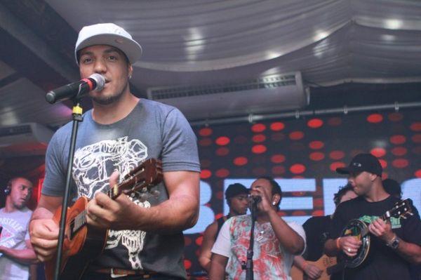 Show de Belo ferve com plateia recheada de famosos