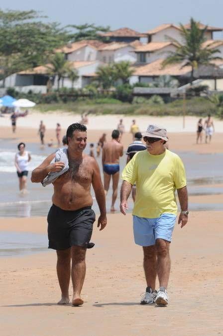Tony Ramos mostra corpo peludo ao curtir viagem com a família