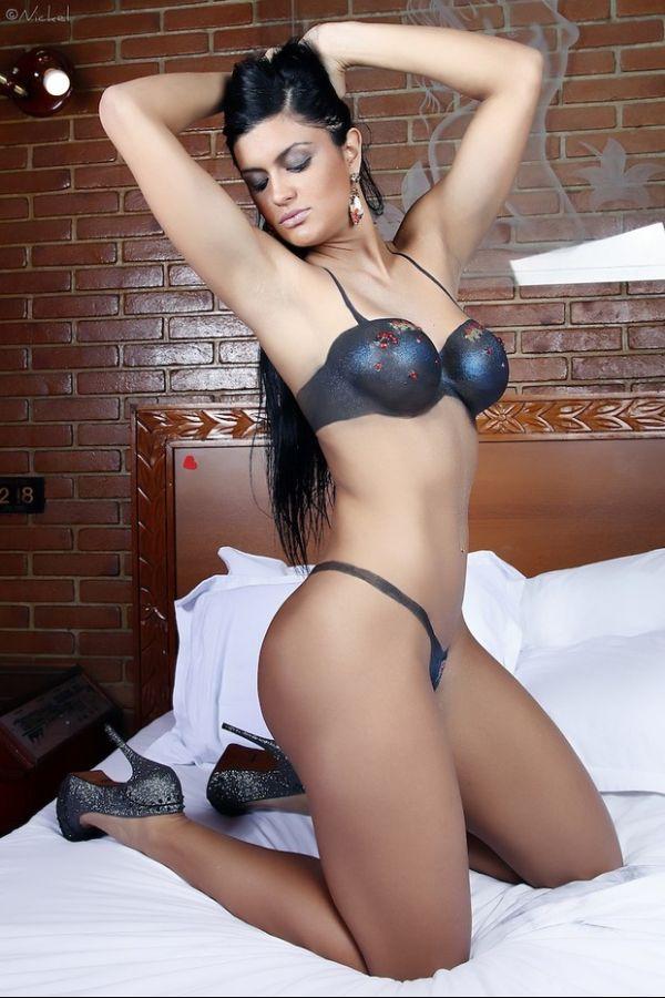 Candidata de São Paulo a Miss Bumbum posa com corpo pintado