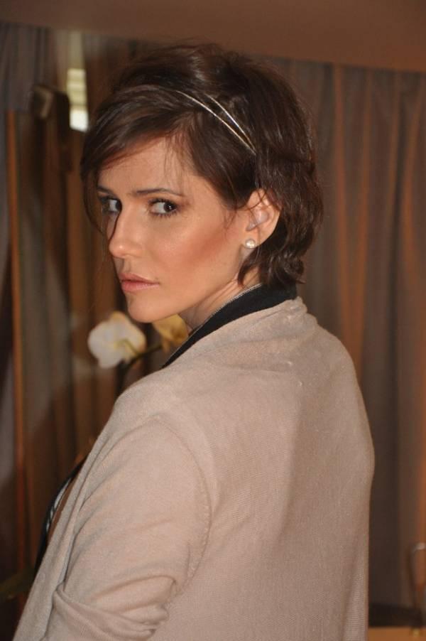 Corte curto de Deborah Secco pode ser valorizado com tiara, diz hairstylist