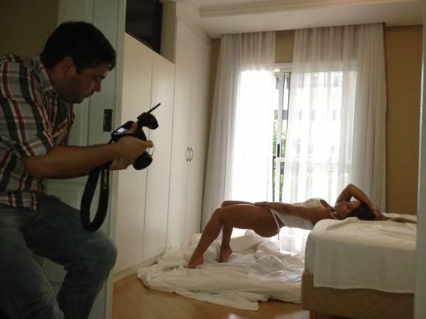 De calcinha branca, Mayra Cardi exibe bumbum em bastidores