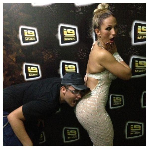 Fãs beijam bumbum de Valesca Popozuda em show: