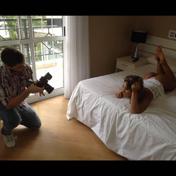 Mayra Cardi posa de lingerie sobre uma cama