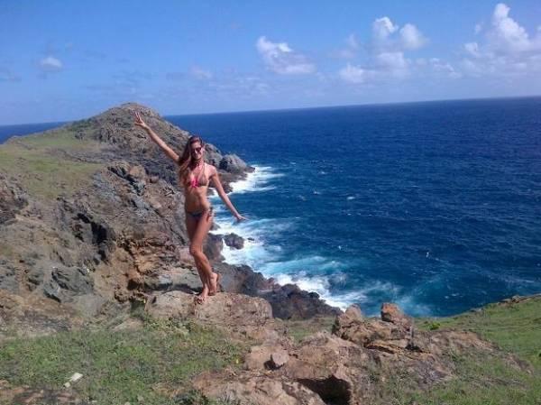 De biquíni, Izabel Goulart comemora 28 anos no Caribe