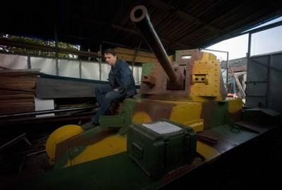 Tcheco constrói réplica de tanque da 2ª Guerra Mundial em sua casa
