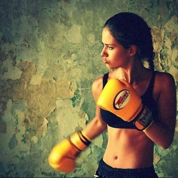 Adriana Lima impressiona pela boa forma 1 mês e meio após dar à luz