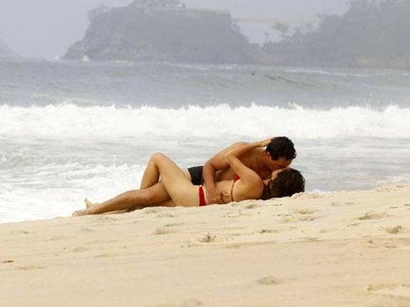 De biquíni, Nanda Costa faz cenas quentes na praia