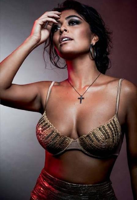 Juliana Paes posa de lingerie e comenta título de mais sexy