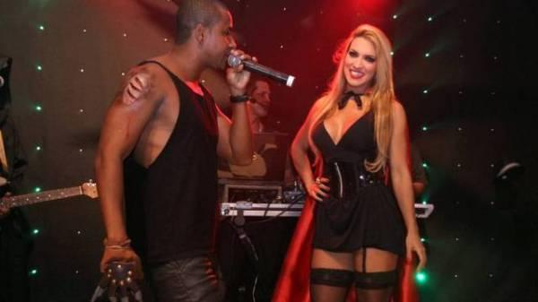 ?Peladona do posto?, Dani Vieira encarna vampira sexy em show