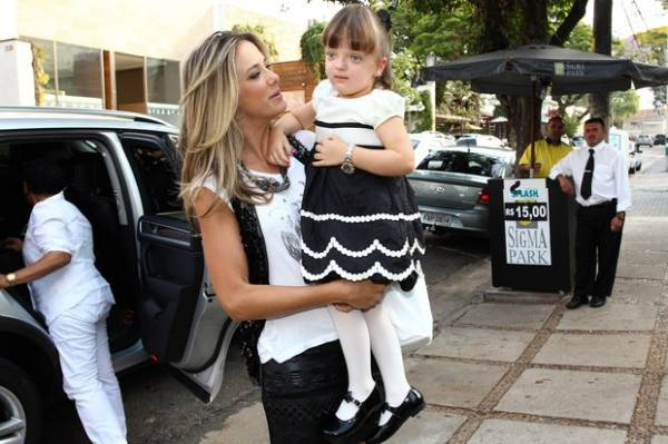 Rafa Justus rouba cena em chá de fralda de filha de Rodrigo Faro