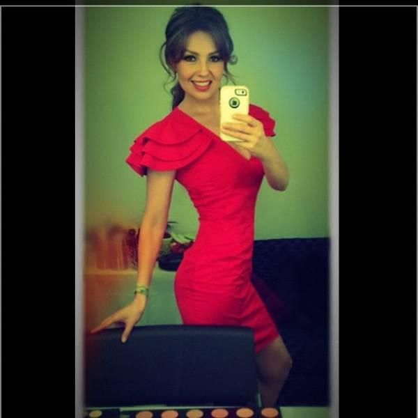 Thalia mostra vestido para fãs e exibe cinturinha pilão na web