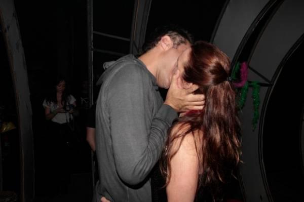 Thiago Lacerda dá beijão em esposa durante festa em São Paulo