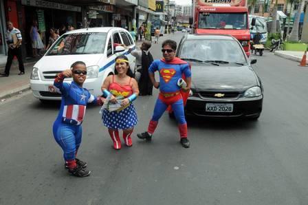 Anões ficam super famosos trabalhando fantasiados de heróis nas ruas
