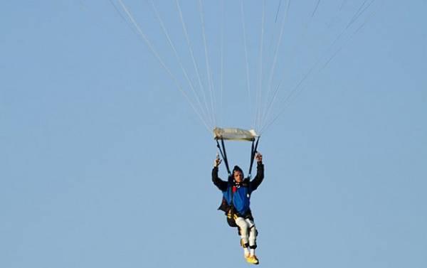 Ex-BBB Fernando é o primeiro brasileiro com lesão medular a saltar de paraquedas