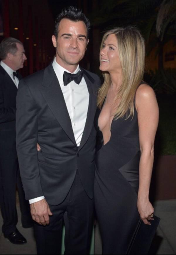 Jennifer Aniston deixa parte dos seios à mostra em jantar de gala