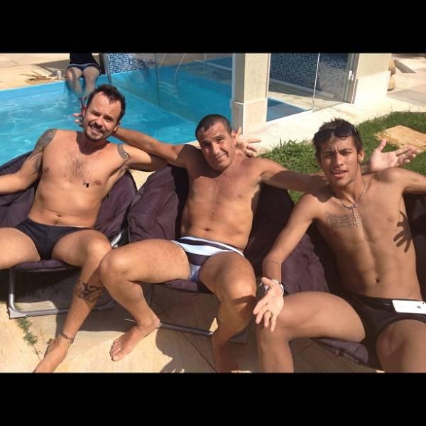 Neymar curte o domingo ao lado de Eri Johnson e Paulinho Vilhena no Rio
