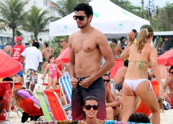 Rodrigo Simas exibe o corpo sarado em praia com os amigos; fotos