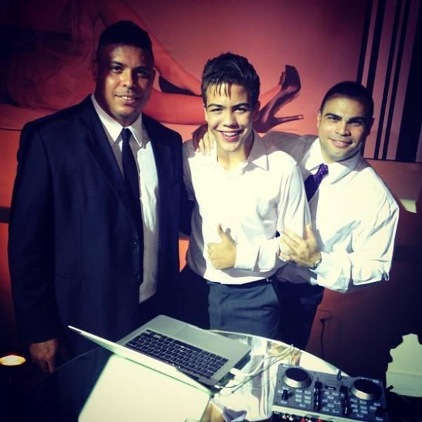 Ronaldo Fenômeno vê o filho tocando em festa de 15 anos