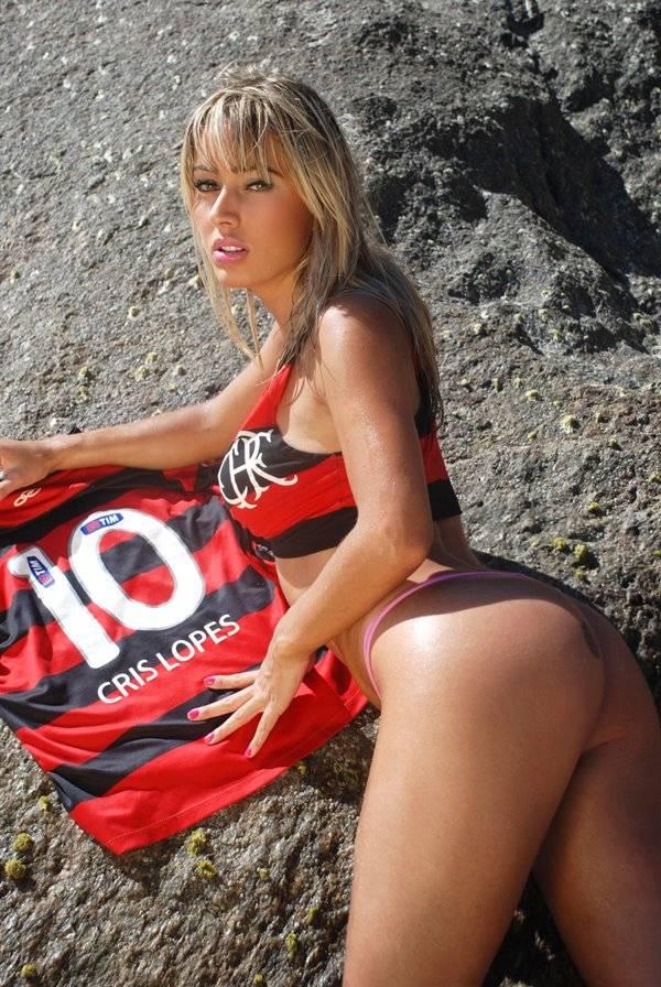 De biquíni, Cris Lopes, ex-â??Casa Bonitaâ??, presta homenagem ao Flamengo